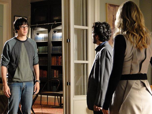 Ícaro interrompe conversa entre Leandro e Naomi