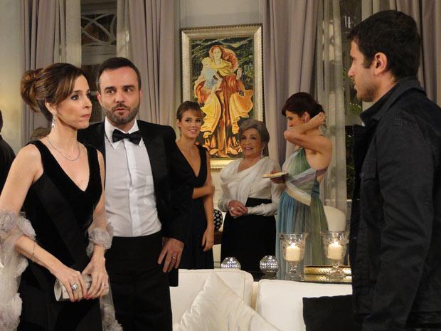 Eunice e Júlio encontram Pedro no aniversário de Vitória e a perua fica enfurecida