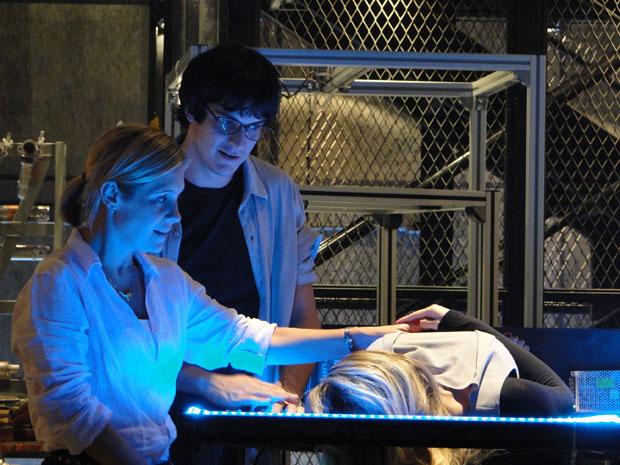 Júlia conhece Naomi no laboratória de Ícaro