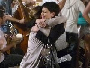 Zuleica e Leila se abraçam