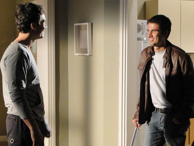 Léo é frio, mas Pedro não percebe e fica agradedido ao receber ajuda do irmão
