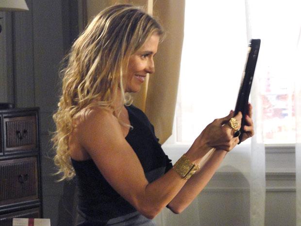 Natalie quer acabar com o casamento de Cortez e faz foto ao lado do banqueiro