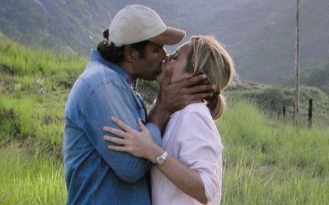 Abner dá beijão em Júlia e eles fazem as pazes (Morde e Assopra/TV Globo)