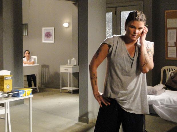 Norma escuta conversa de Araci e descobre que a detenta planeja fuga