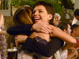 Leila abraça a irmã, Cecília