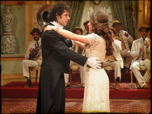 Açucena chega atrasada ao baile, mas Príncipe Felipe insiste em dançar com ela