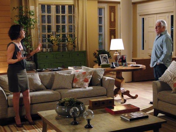 Raul diz a Wanda que quer vender a casa e a ex-mulher não gosta da ideia
