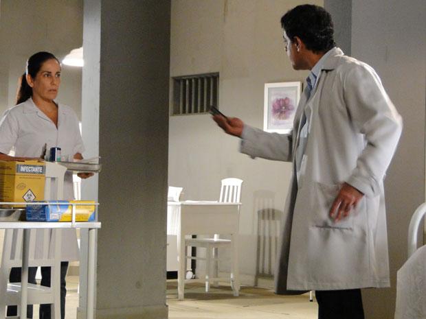 Dr. Siqueira encontra celular de Araci e desconfia de Norma