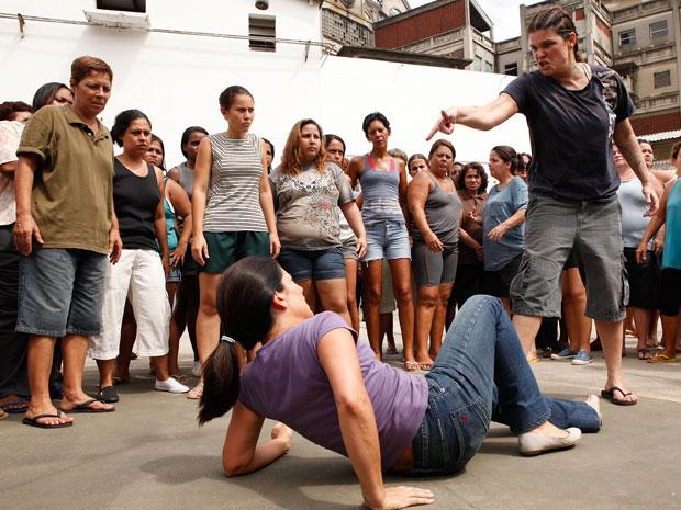 Araci joga Norma no chão, revoltada, pois descobriu que foi dedurada pela enfermeira