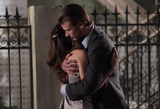 Lara tenta beijar Fernando, mas o mauricinho dá um abraço na moça