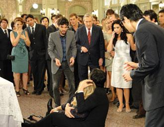 Naomi desmaia durante a festa e deixa Leandro preocupado