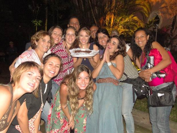 Paola Oliveira comemora com a diretora Maria de Médici e equipe de Insensato Coração