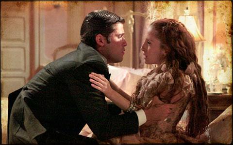 Timóteo quase beija Carlota, mas eles são flagrados por Nicolau (Cordel Encantado/TV Globo)
