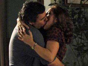 Kléber e Daisy se beijam