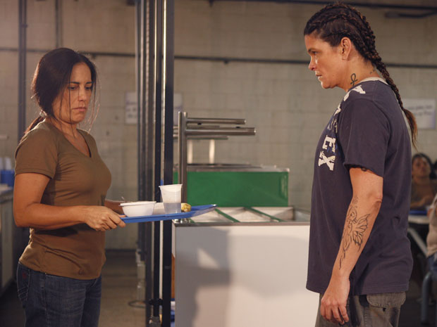 Araci encontra Norma no refeitório e a ameaça de morte
