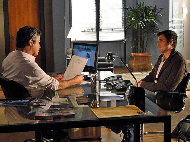Pedro é entrevistado em agência de turismo