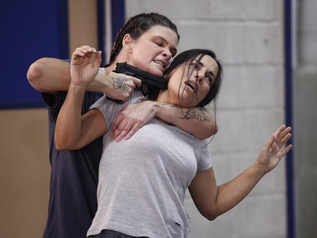 Araci toma o controle do presídio e Norma acaba com arma na cabeça