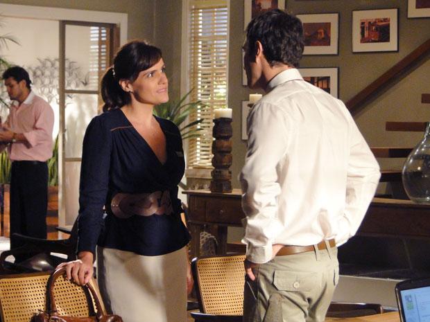Léo envenena Marisa contra Pedro e faz o irmão perder o emprego