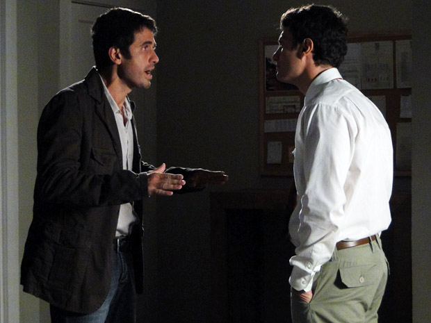 Pedro conta a Léo sobre a indenização que terá que pagar