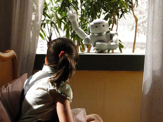 Zariguim surge na janela do quarto de Tonica e surpreende a menina