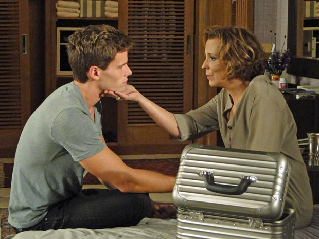 Emocionados, mãe e filho conversam, mas Clarice não conta a Rafa por que se separou de Cortez