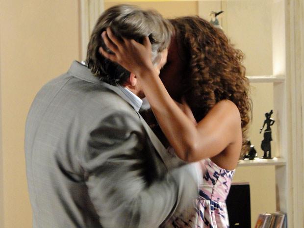 Milton e Fabíola se beijam no apartamento da cantora