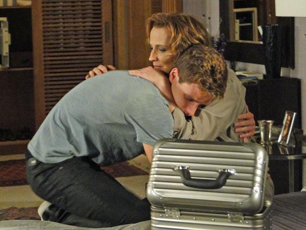 Os dois choram muito e desejam felicidade para a nova fase de suas vidas