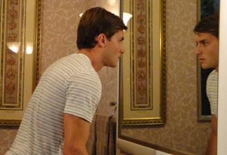 Guilherme se esconde no banheiro