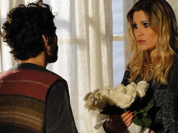 Naomi começa a se interessar por Leandro