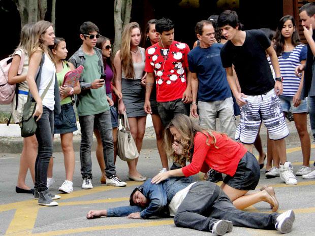 Pedro fica estendido no meio da rua