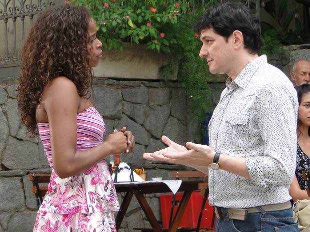 Gabino convida Fabíola para sair
