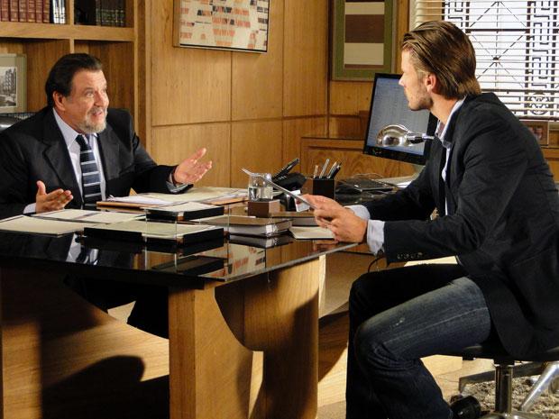 Fernando tenta convencer o pai de dar mais uma chance a Abner