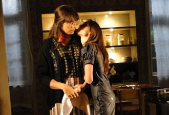 Depois de brigar com Elaine, Lara dá um beijo na doméstica