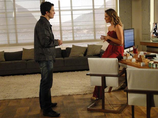 Léo vai ao escritório de Marina para lhe pedir ajuda a encontrar outro emprego