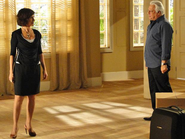 Raul vai se despedir de Wanda e os dois acabam discutindo paternidade de Léo