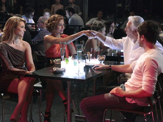 Friamente, Carol e Raul se cumprimentam