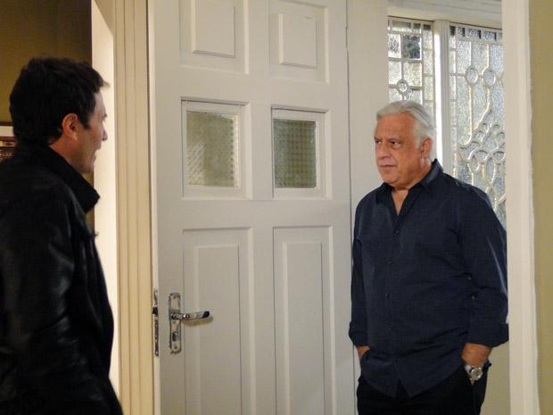 Léo se surpreende ao abrir a porta para Raul, seu pai