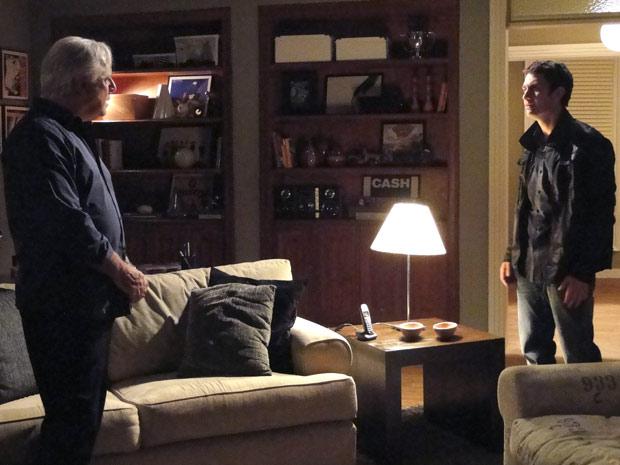 """Os dois se encontram e discutem. """"Quando é que você vai criar juízo?"""", pergunta Raul."""