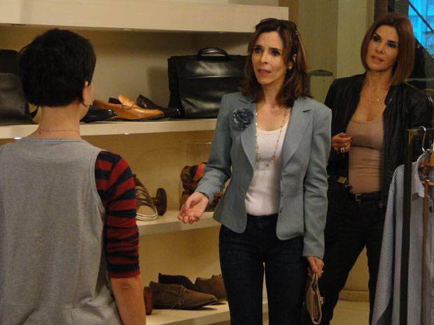 Eunice fica chocada ao ver Leila, sua filha, trabalhando como vendedora em um shopping