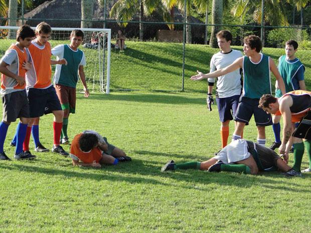 Theo vai cabecear a bola e acaba se chocando com outro jogador