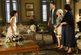 Marcos conta para Celeste que Abner não passou a noite na fazenda