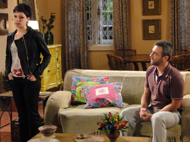 Júlio pede desculpas a Leila, que hesita na hora de aceitar voltar para casa