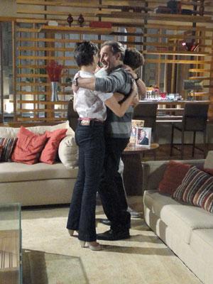 Rafa e Paula abraçam Cortez
