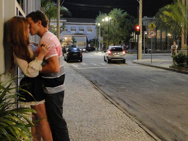 Márcia flagra Guilherme e Alice se beijando