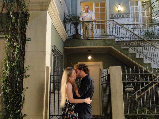 Eliseu se surpreende ao ver a filha beijando um rapaz
