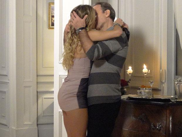 Cortez e Natalie se beijam