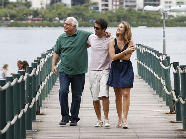 Antônio Fagundes grava caminhada ao lado de Eriberto Leão e Paola de Oliveira