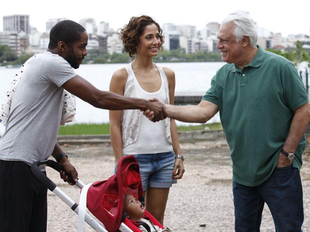 Na Lagoa, no Rio de Janeiro, Lázaro Ramos e Camila Pitanga gravam com Antônio Fagundes, Paola de Oliveira e Eriberto Leão a cena do primeiro encontro entre Raul e André