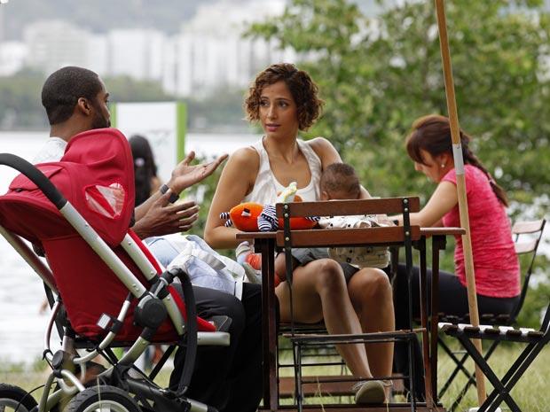 Carol aproveita o passeio na lagoa com o filho para perguntar a André quem é Leila