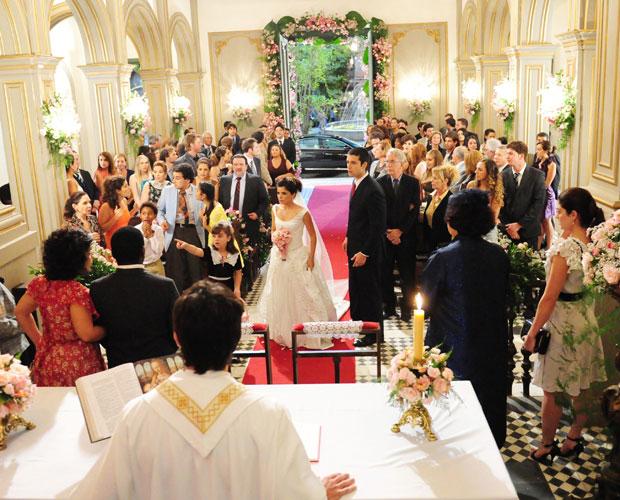 Abner deixa Celeste esperando no altar...